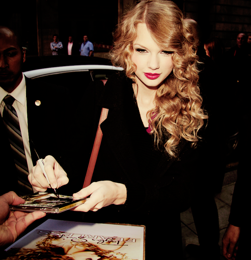 Taylor Swift holding pen correctly